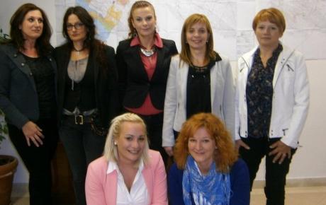 Žensko vrijeme - ženska snaga: (stoje slijeva) Svitlana Berak, Milka Skračić, Željana Šikić, Jelena Obratov i Marinka Fržop; (čuče) Mare Kovačev i Antonija Modrušan
